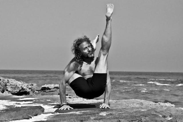 Hamsa Yoga Eka Pada Sirsasana